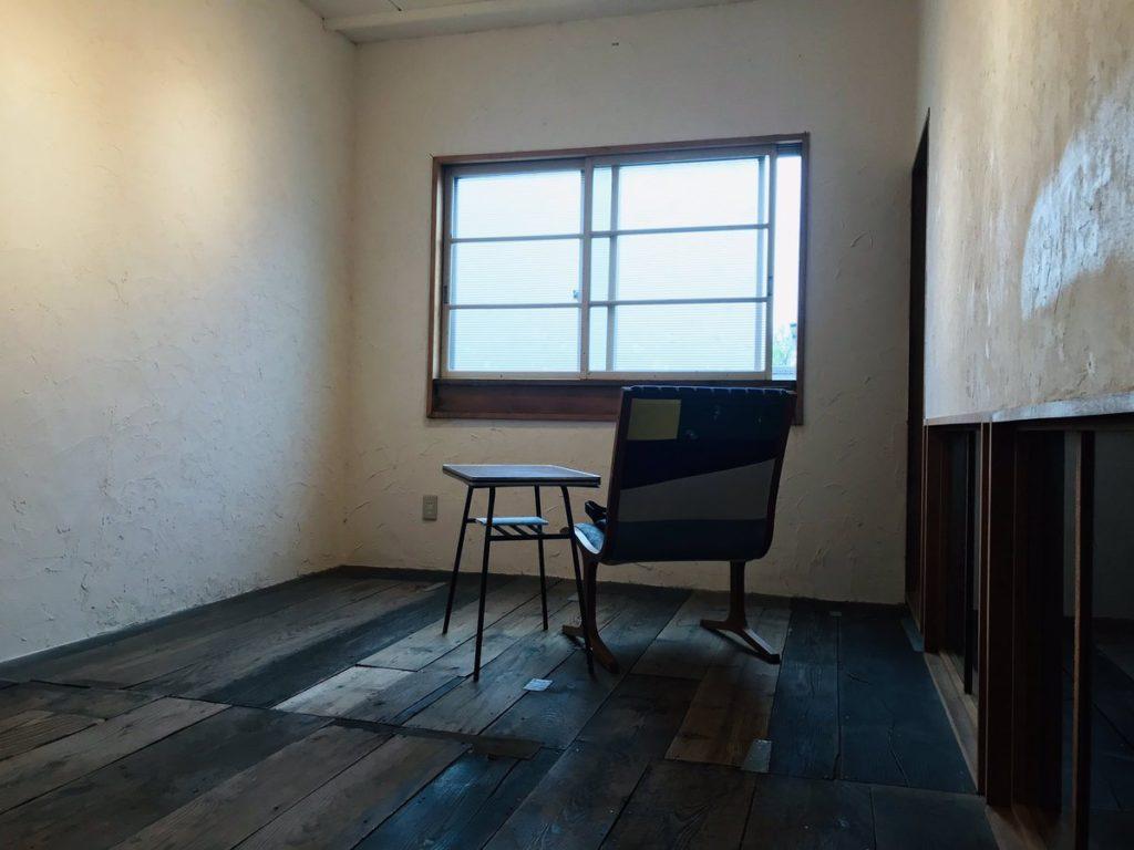部屋の中に窓と椅子がある画像