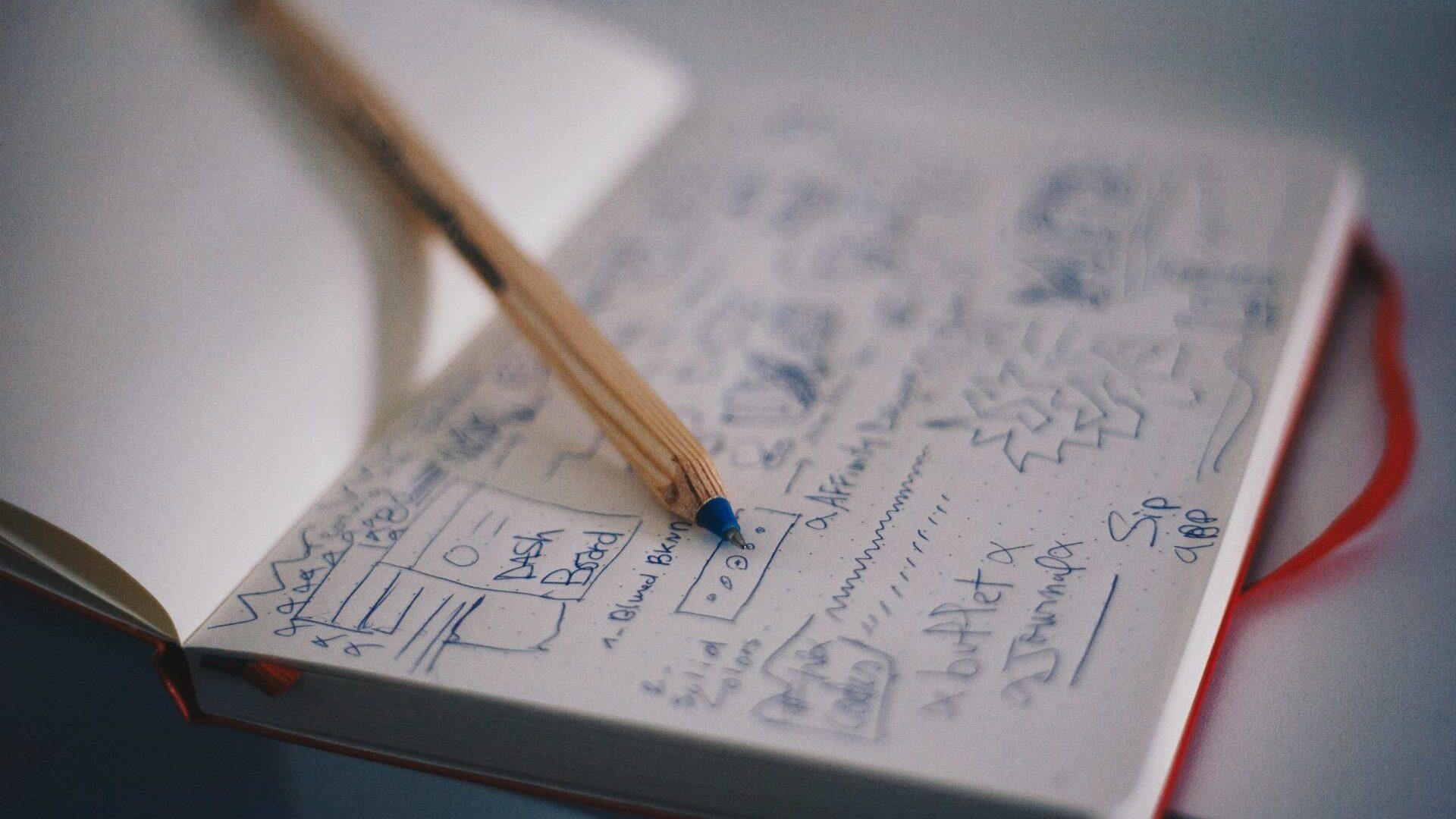 事業計画をノートに書いている画像