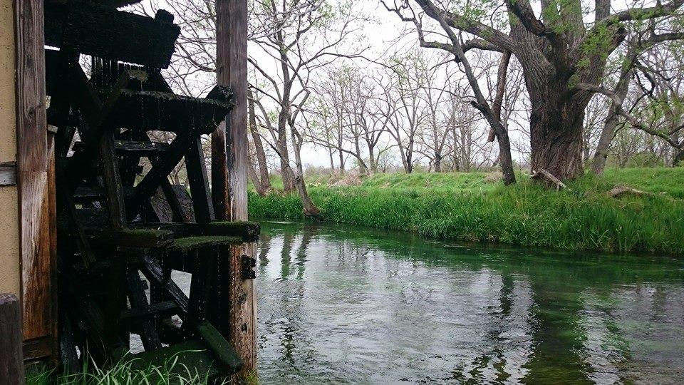 川と水車がある美しい安曇野の風景