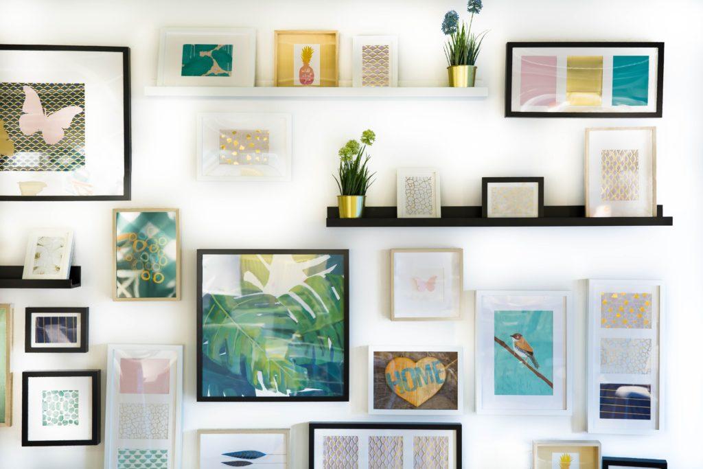 部屋の壁に素敵な絵が飾られている写真