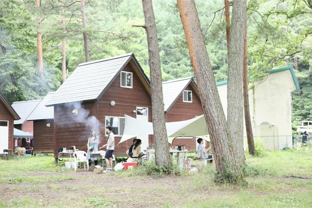 長野県の湖の近くでキャンプをしている画像