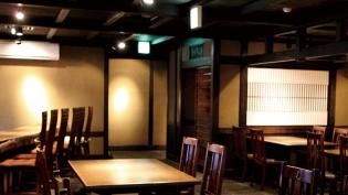 テーブルとイスが並ぶ和モダンな飲食店内の写真