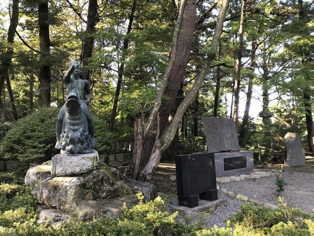 長野県安曇野市穂高神社の像と石碑
