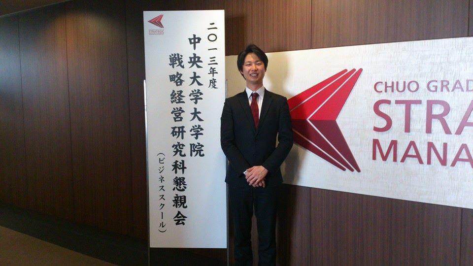 男性がスーツを着て立っている写真