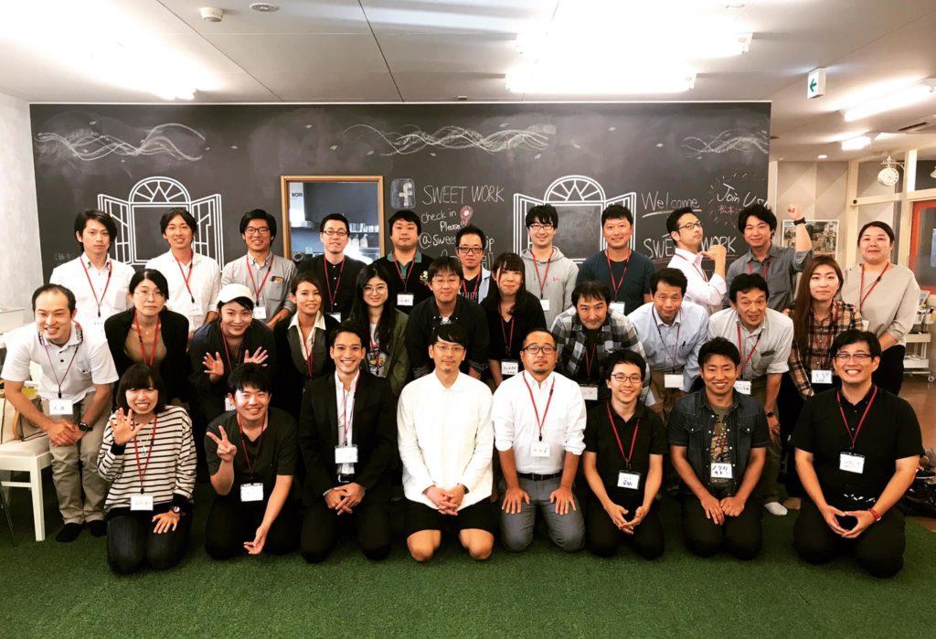 松本市のコワーキングスペースで社会人が集まって集合写真を撮っている画像