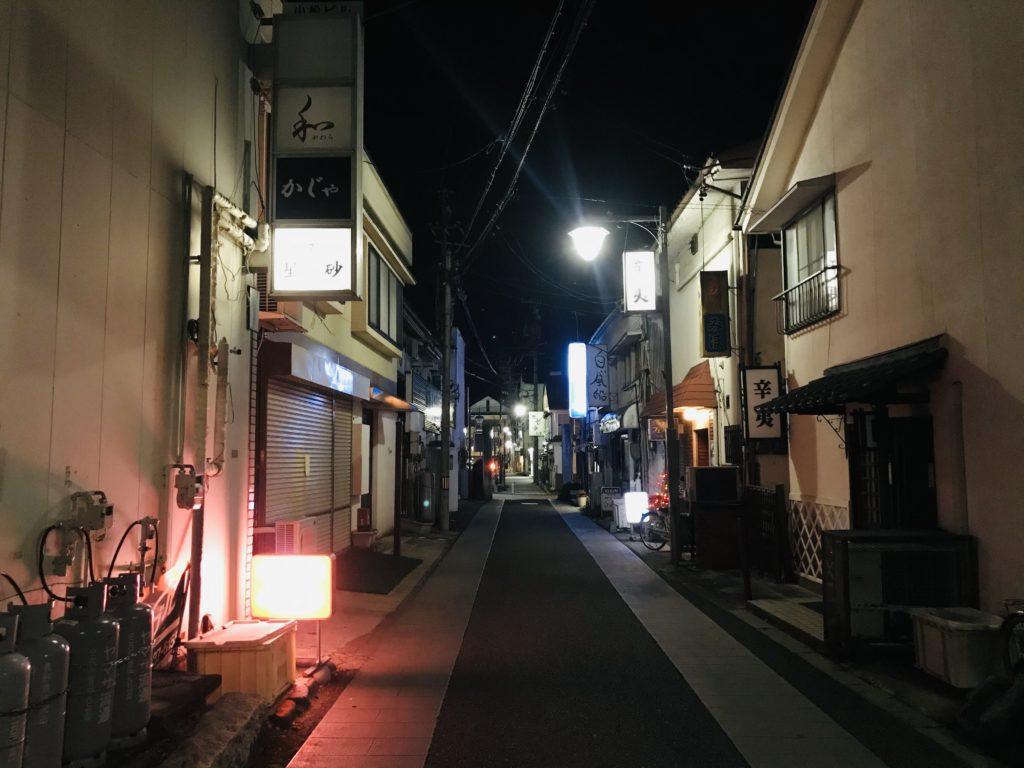 松本市裏町の夜の商店街を撮影した写真
