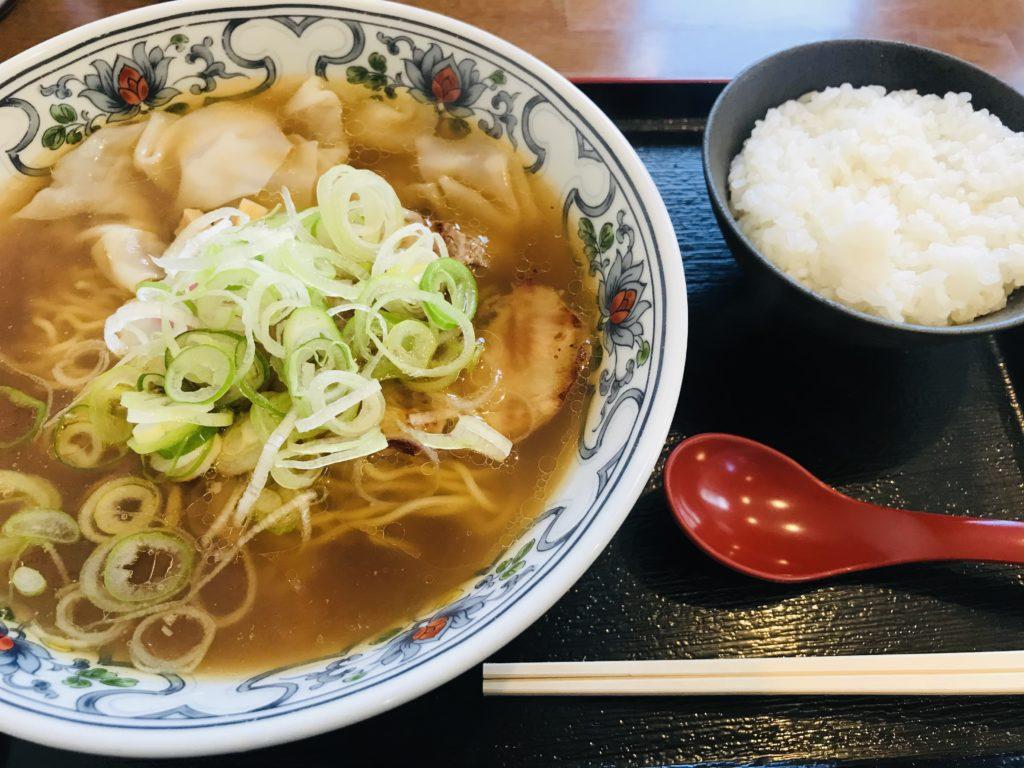 美味しそうな中華蕎麦とご飯の写真