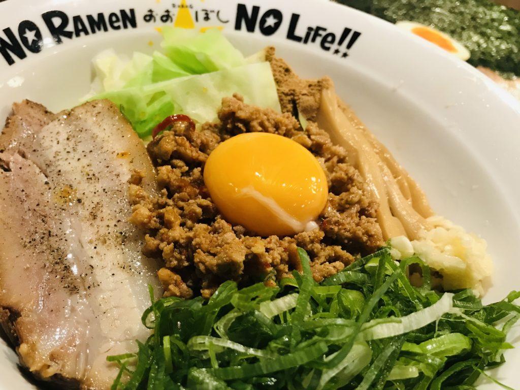 卵と叉焼が乗った美味しそうな台湾風まぜそばの写真