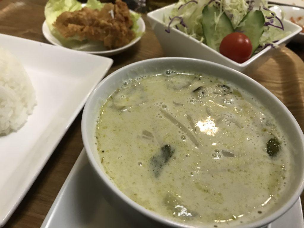 美味しそうなグリーンカレー定食が写っている写真
