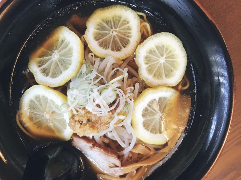ラーメン国界の美味しそうなレモン生姜ラーメンの写真