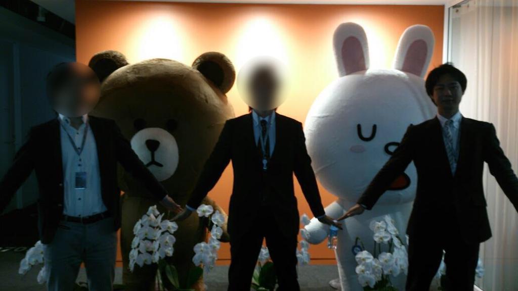 LINE本社で男性3人が立っている写真