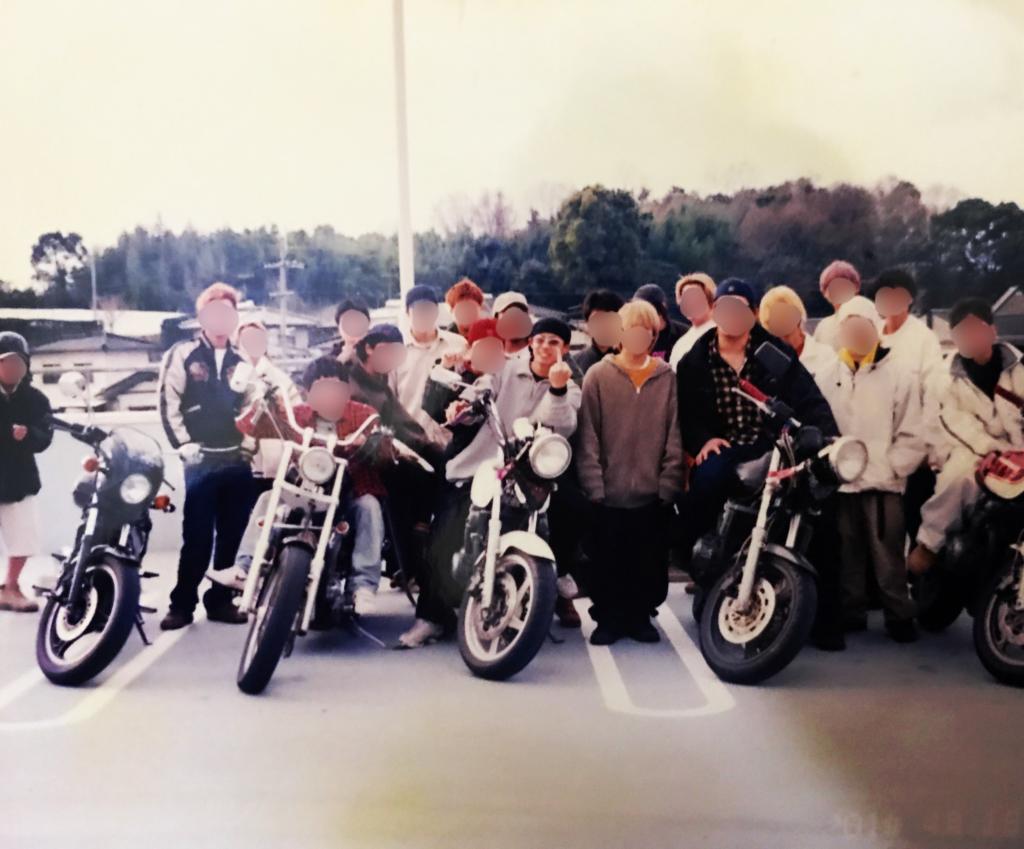 バイクに乗った集団が写っている写真