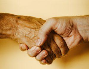 握手している手が写った写真
