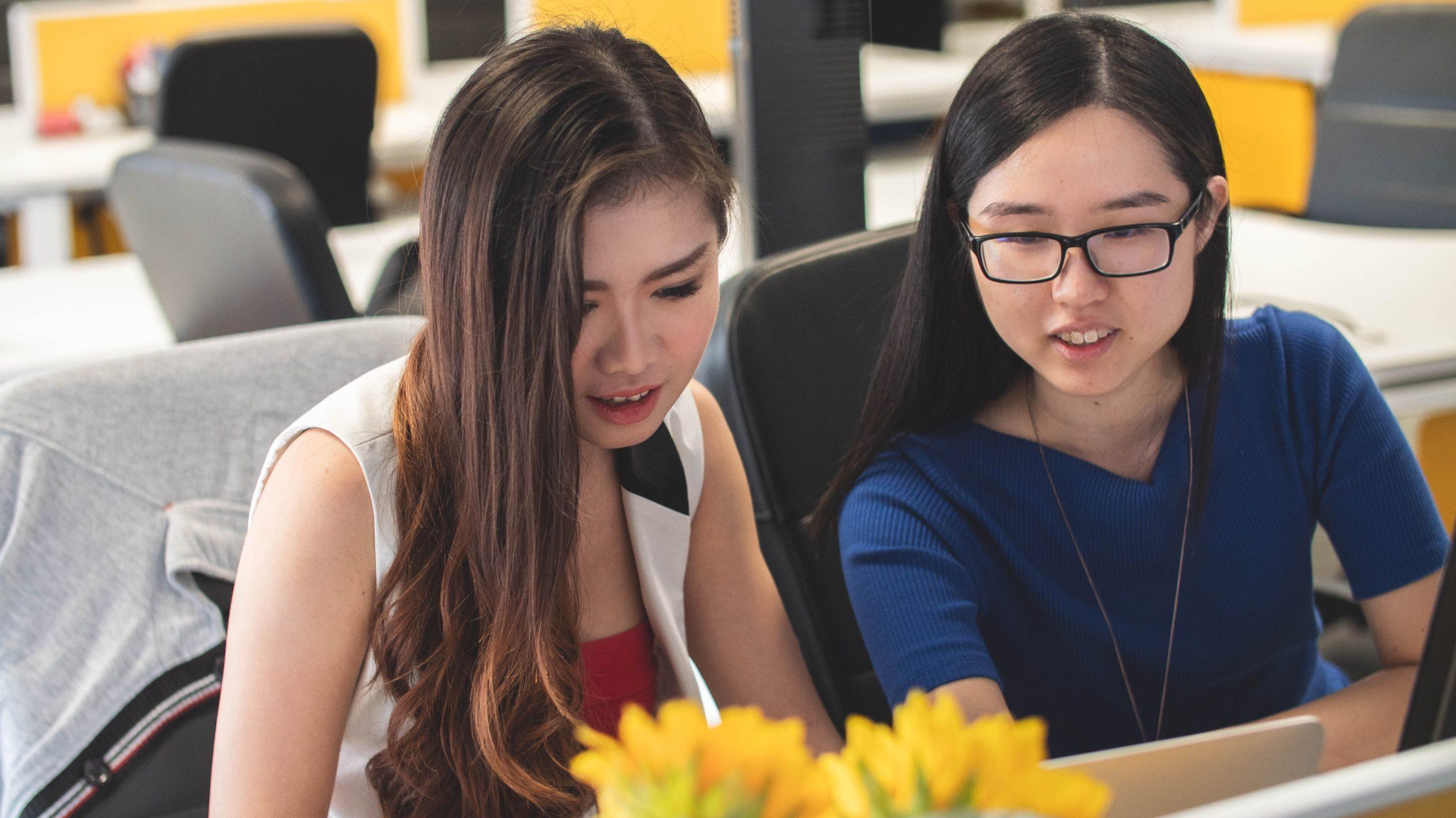 若い女性が2人で座って打合せをしている画像