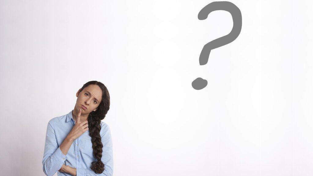 女性が疑問を持ち首を傾げている写真