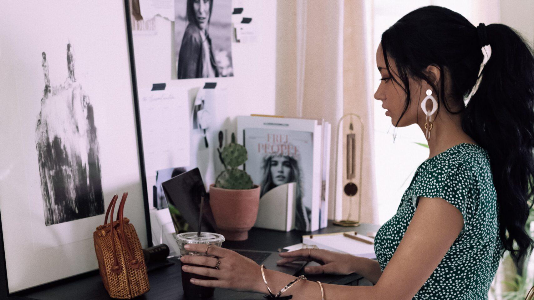 女性が机に座ってパソコンでリモートワークをしている写真