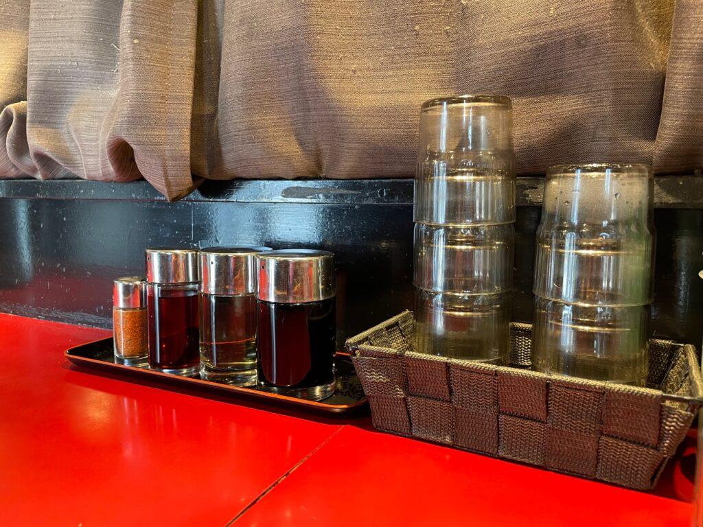 松本の味噌ラーメン屋佐蔵のカウンターの写真