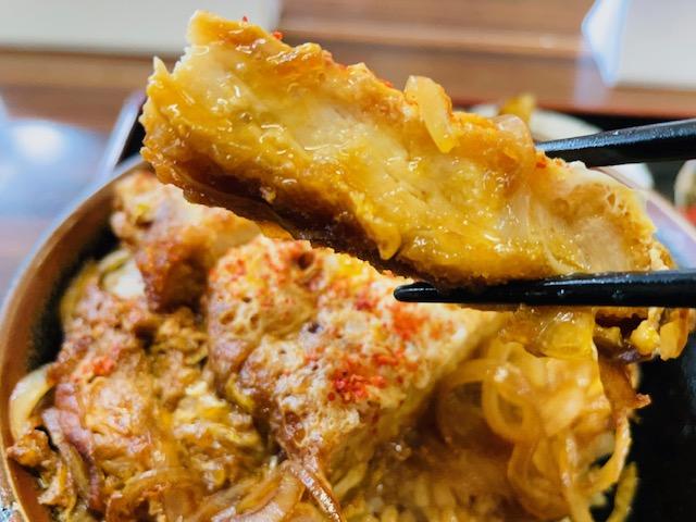 松本市にあるとんかつ屋高橋食堂の美味しそうな豚カツの写真