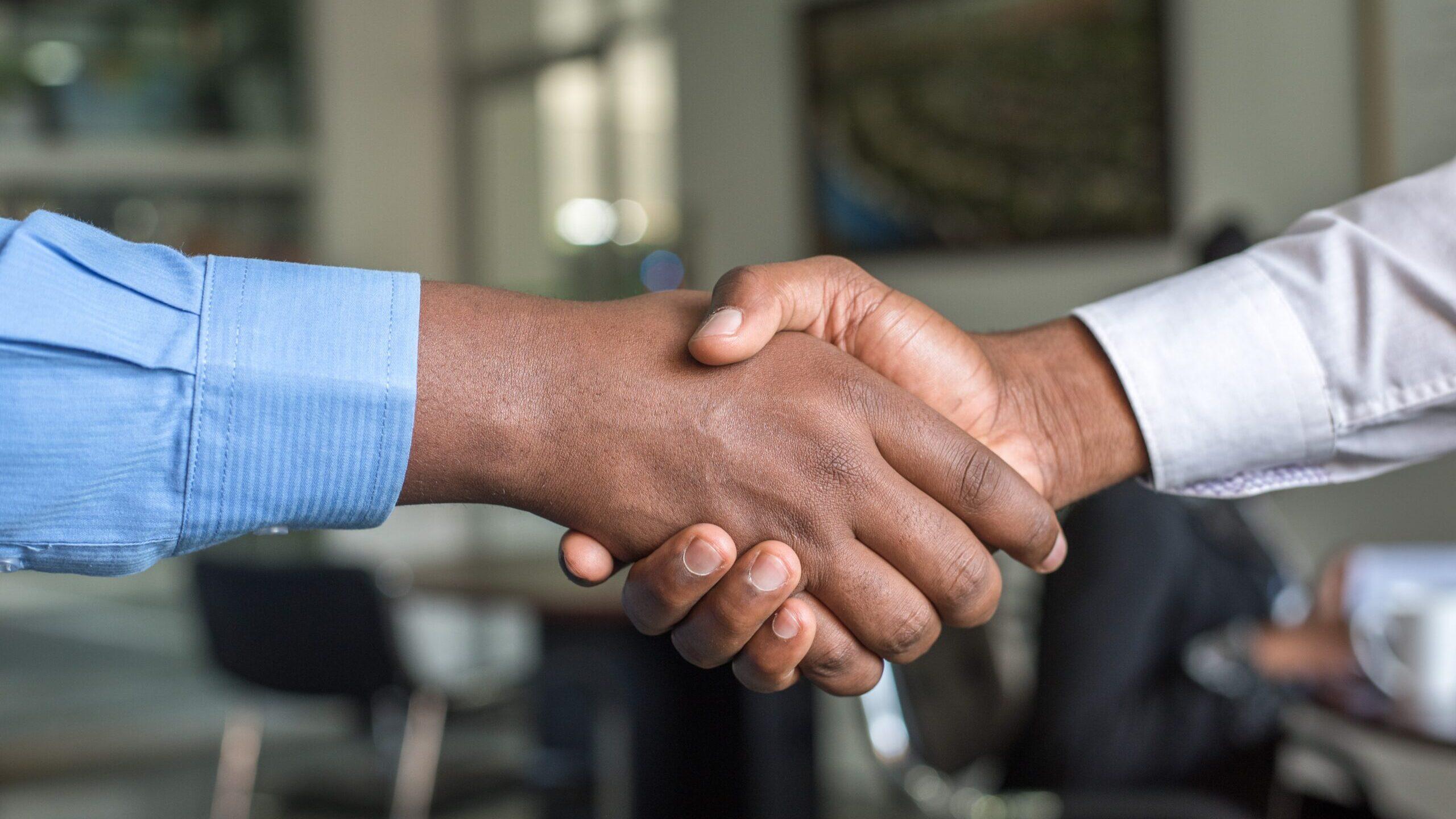 男性が握手をしている写真