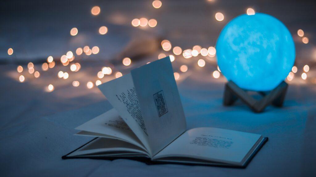 本が開いた状態で置かれている写真