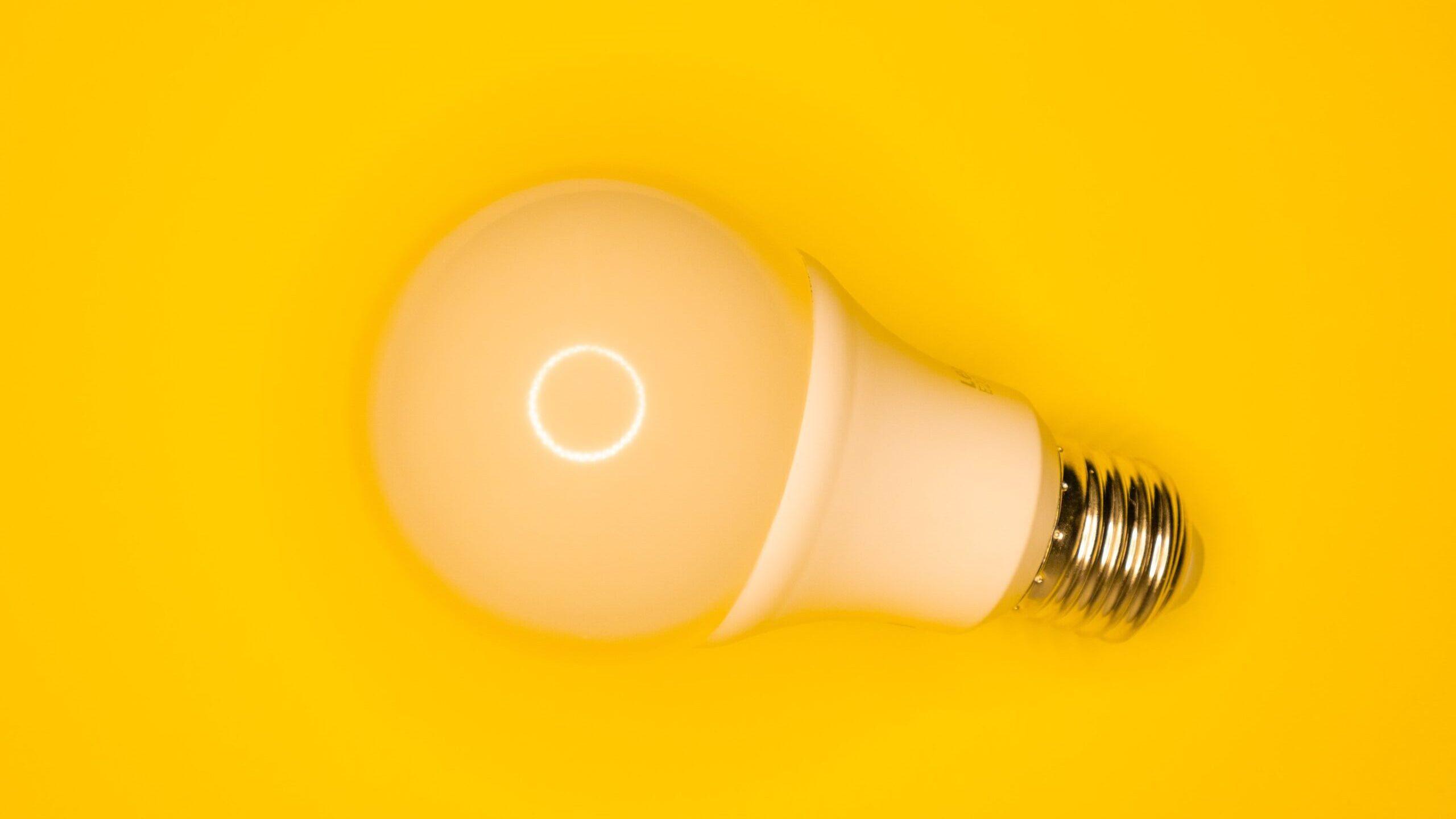 電球が空中に浮かんでいる写真